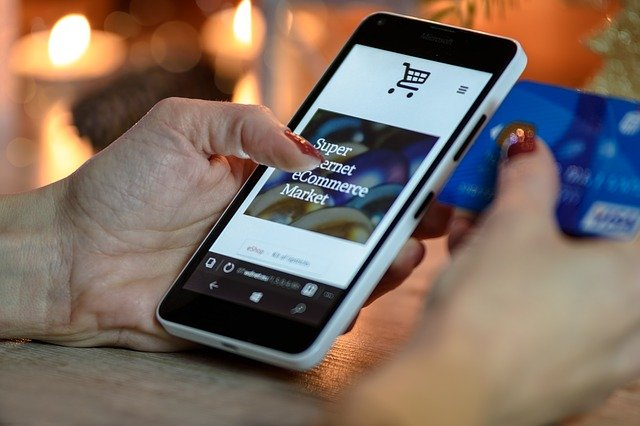 pelanggan membuka landing page bagian dari strategi sales funnel